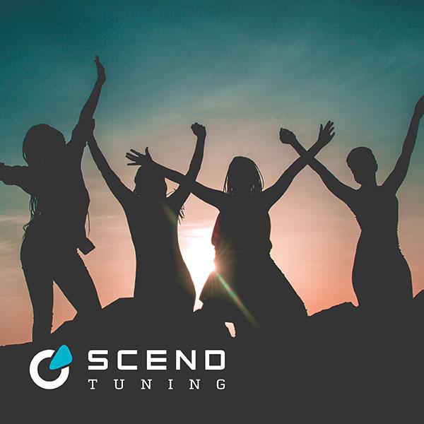 Fahrzeugtuning Konzept Metallic Pastell von SCEND Tuning Inspiration, glückliche junge Frauen mit Arme heben bei Sonnenuntergang