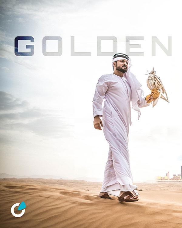 Mercedes G Klasse Tuning Konzept Golden Rocket von SCEND Tuning Inspiration, arabischer Mann mit traditionellen Emirate Kleidung gehen in der Wüste mit seinen Falken-Vogel